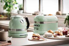 """Wasserkocher """"Artisan"""" in Mintgrün von Kitchenaid neben einem Toaster"""