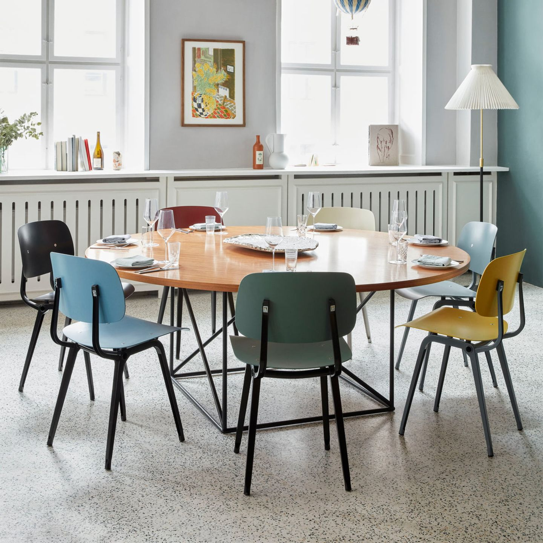 Sitzgruppe um Esstisch mit bunten Revolt-Stühlen