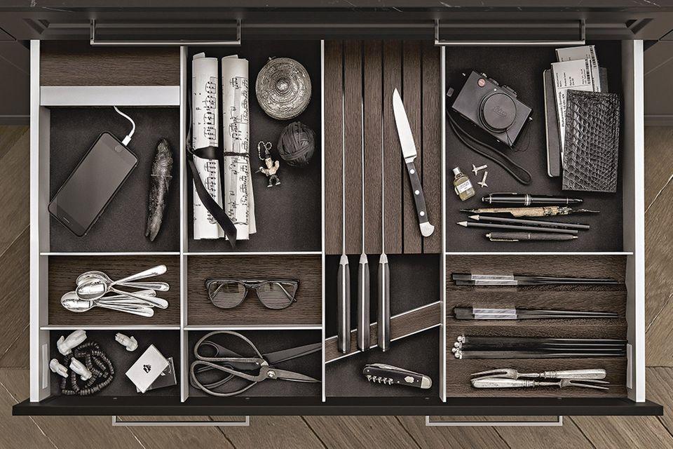 """Innenausstattung """"Classic"""" von Siematic aus Rauchkastanie und Aluminium ist flexibel einsetzbar."""
