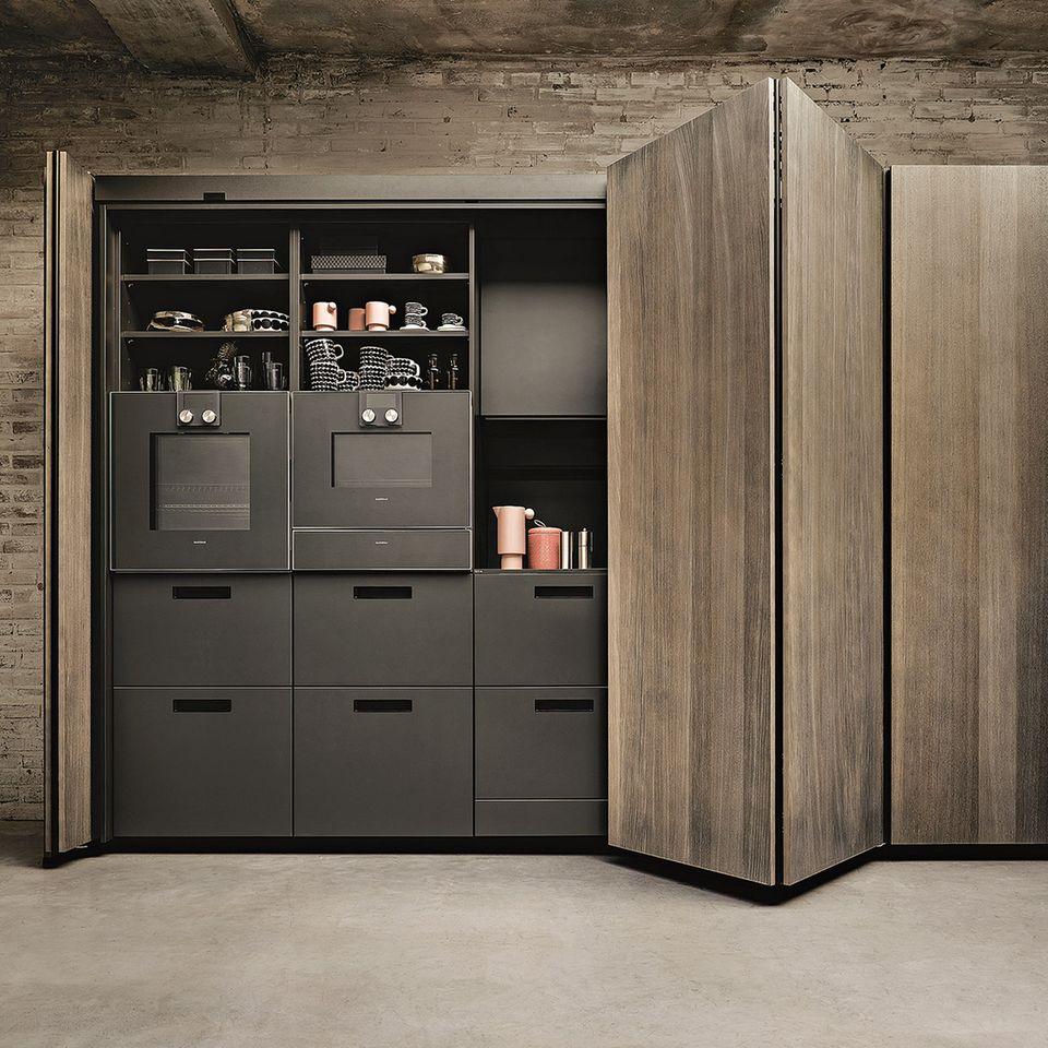 Hinter perlgrauen Eichentüren steckt eine Küche mit onyxschwarzer Fenix-Front von Next 125