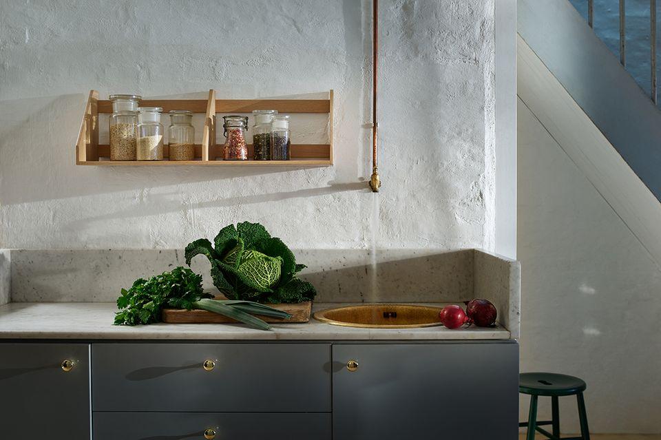 Holzregal an einer Küchenwand von FDB Møbler