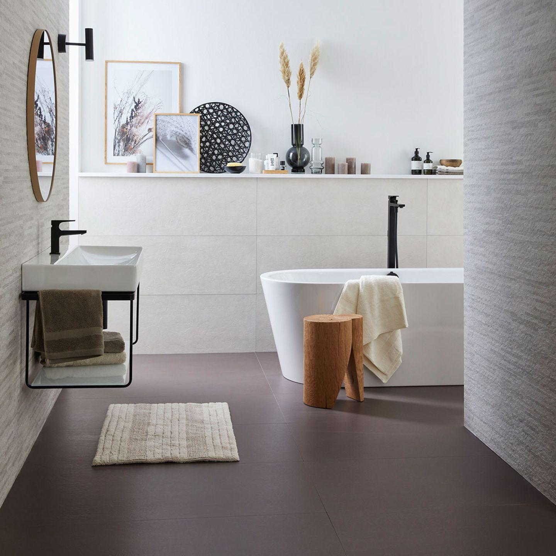 """Badezimmer mit Bodenfliese """"Color Studio Brown"""" von SCHÖNER WOHNEN-Kollektion"""