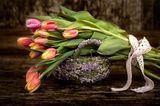 Osterdeko outdoor, Tulpenstrauß liegt auf Osterkörbchen