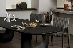 Schwarzer Esstisch mit Stühlen