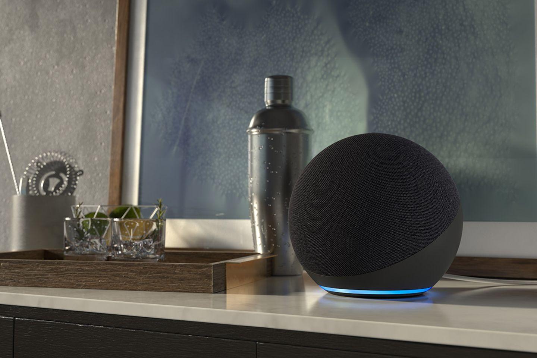 """Smarter Lautsprecher """"Echo 4"""" von Amazon in Schwarz auf einer Kommode"""
