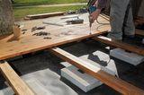 Blick auf die Unterkonstruktion einer Holzterrasse