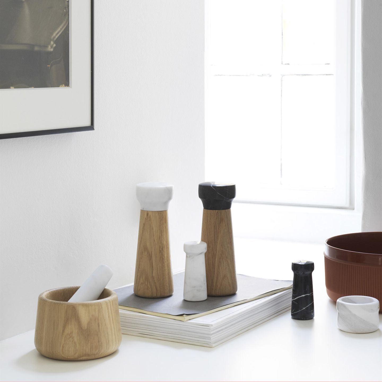 """Verschiedene Küchenaccessoires wie ein Mörser sowie Salz- und Pfeffermühlen aus der """"Craft""""-Kollektion von Normann Copenhagen"""
