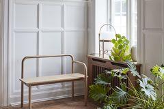 """Sitzbank """"Maissi"""" von Skagerak aus Eichenholz neben einem großen Fenster"""