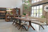 """Gepolsterte Sitzbank """"Yps"""" von Team 7 in einer offenen Wohnküche mit viel Holz"""