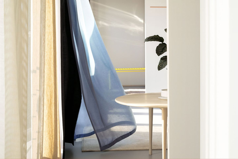 """Blauer, vom Wind wehender Vorhang """"Monotypes"""" von Kinnasand"""