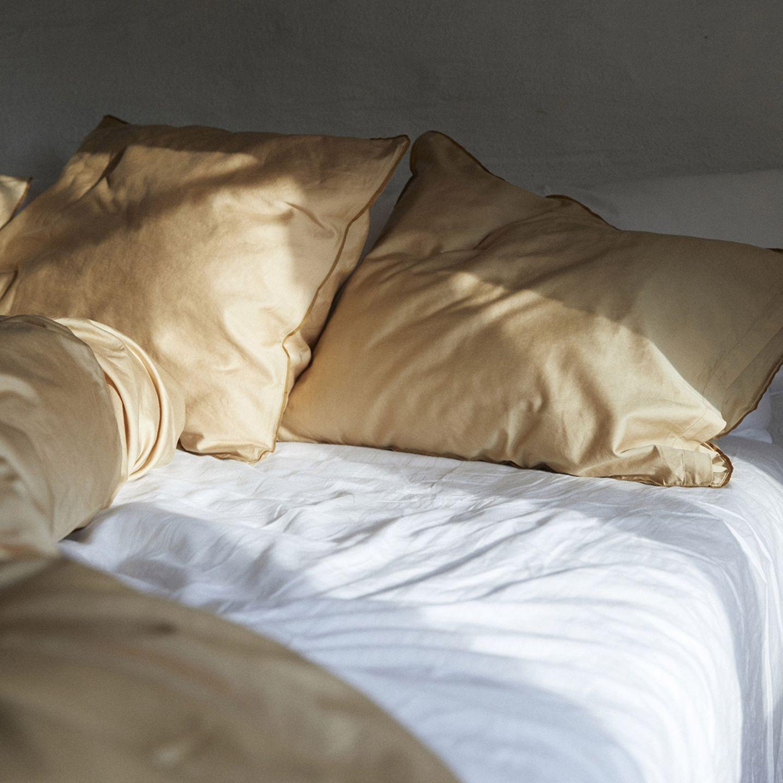 """Aufgeschlagene Bettwäsche """"Strimma"""" von Alvalinen an einem sonnigen Morgen"""