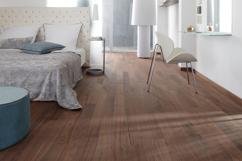 Schlafzimmer mit einem Parkettboden aus amerikanischem Nussbaum