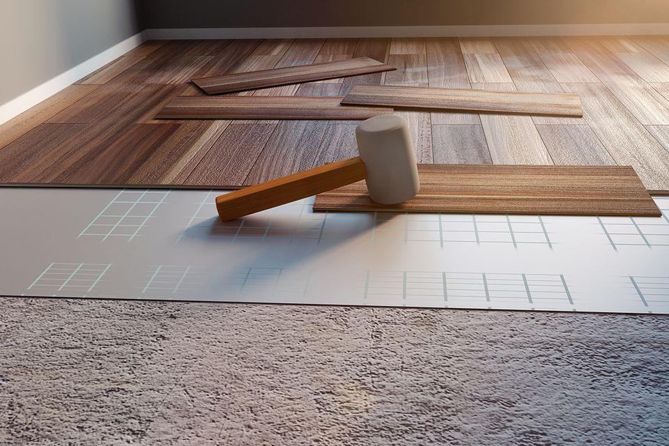 Bodenbelag mit Trittschalldämmung während des Einbaus.