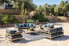 """Sofas, Sessel, und Tische aus der """"Tibbo""""-Kollektion von Dedon auf einer großen mediterranen Terrasse"""
