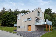 Wohngesundes Fertighaus von Baufritz mit Holzfassade