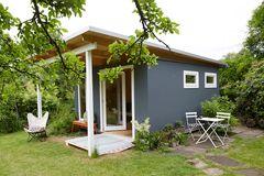 Gartenhaus von Zweithaus in Grau.