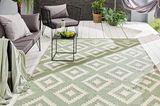 """Mintgrüner Outdoorteppich """"Arcara"""" auf einer weiß-grauen Holzterrasse"""