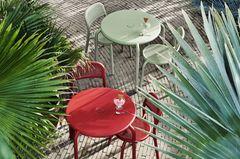 """Drei Bistrotische """"Toni Bistreau"""" mitsamt Stühlen in Weiß, Rot und Pastellgrün von Fatboy"""