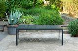 """Gartentisch """"Rio Alu"""" von Nardi auf einer mediterranen Terrasse mit vielen Pflanzen"""