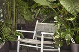 """Outdoorsessel """"Tessa"""" vor zahlreichen großen Grünpflanzen"""