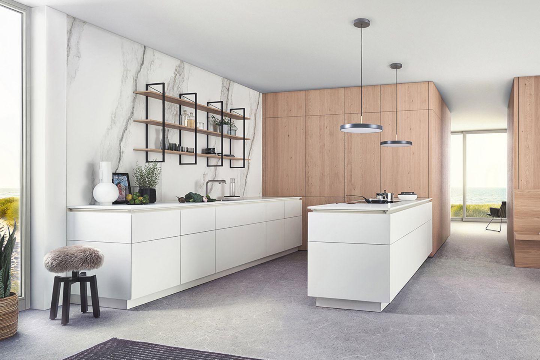 """Küche """"Bossa"""" mit Echtholzfronten sowie den weißen Küchenfronten """"F45"""" von Leicht"""