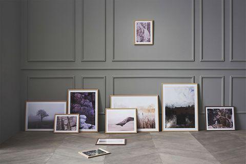 """Zahlreiche Bilderrahmen """"Frame Away"""" von Bolia am Boden gegen die Wand gelehnt"""