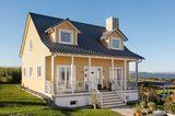 Fertighaus im Landhausstil mit gelber Fassade