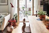 Esszimmer mit Holztisch und Blick auf den Balkon