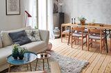Wohnzimmer mit hellen Möbeln in einer kleinen Altbauwohnung in Stockholm.