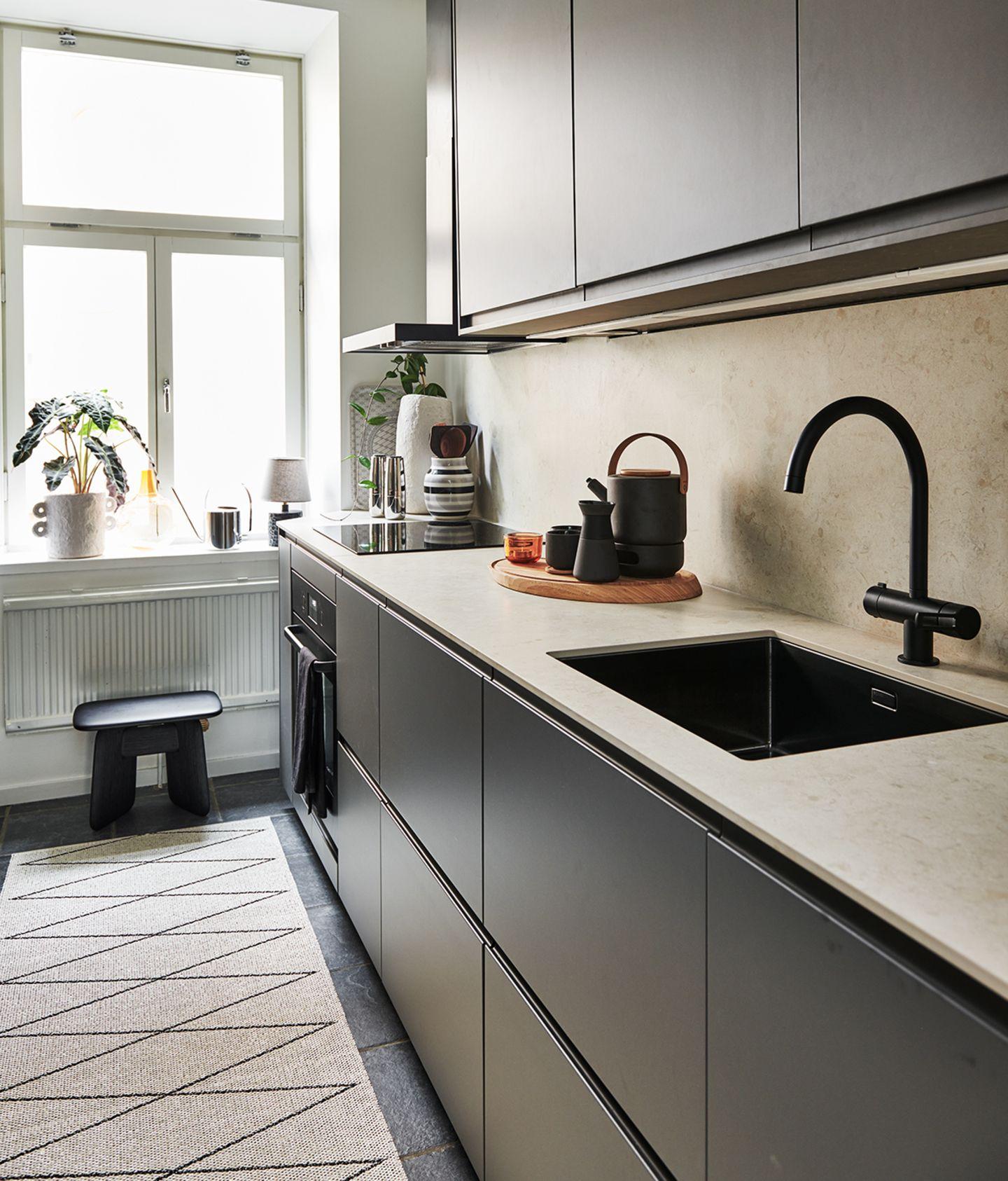 Kleine Küche mit dunkelgrauen Fronten