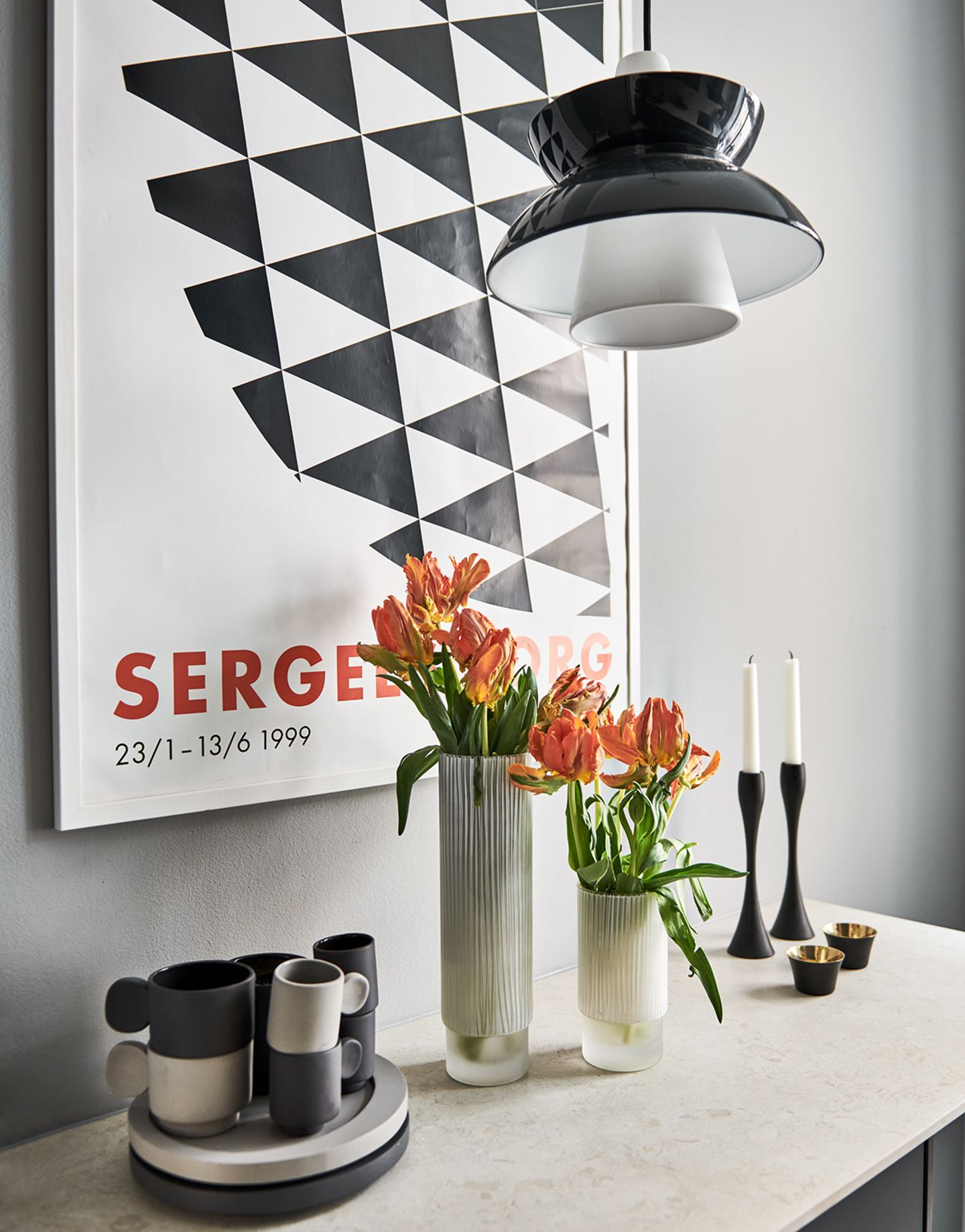 Frühstückstresen mit Granitplatte in einer kleinen Wohnung in Stockholm