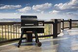 """Holzpelletgrill """"Timberline"""" von Traeger auf einer Terrasse mit Blick auf weite Natur"""