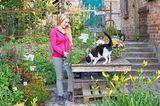 Staudengärtnerei Klütz in Mecklenburg - Julia Schmoldt mit Katze