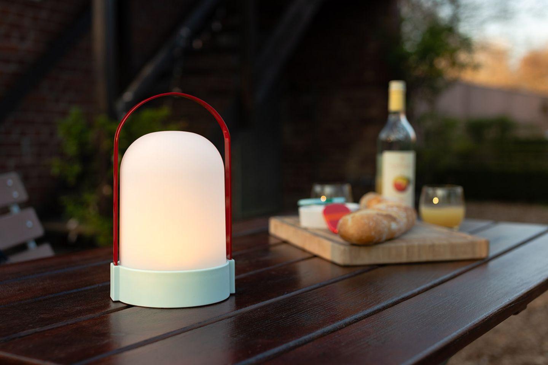 """Leuchte """"Anabelle"""" von Remember auf einem Gartentisch im Freien"""