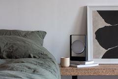 """Nachttischleuchte """"Mouro Lamp"""" von Case Furniture auf einem Nachttisch aus Kork"""
