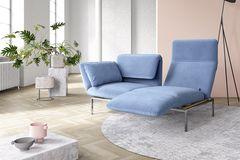"""Sofa und Relaxliege in einem: """"Roro"""" von Bruehl mit blauem Cord in einem hell gestalteten Loft"""