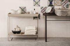 """Dekorative Konsole im Bad: die """"Plant Box"""" mit zwei Ebenen von Ferm Living"""