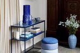 """Konsolentisch """"Tilde"""" von Broste Copenhagen mit blauen Accessoires dekorativ in Szene gesetzt"""