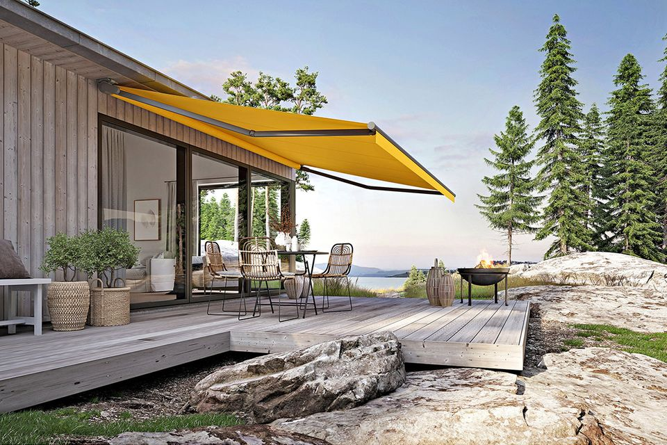"""Markise """"Markilux 930"""" an einem Holzhaus in der Natur mit spektakulärem Ausblick"""