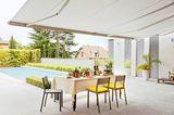 Terrasse mit Pool und smart gesteuerter Markise