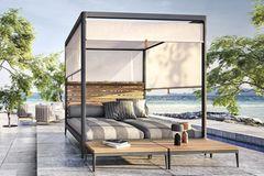 """Lounge-Liege """"Lodge Gabana"""" von Gloster auf einer stilvollen Terrasse direkt am Meer"""