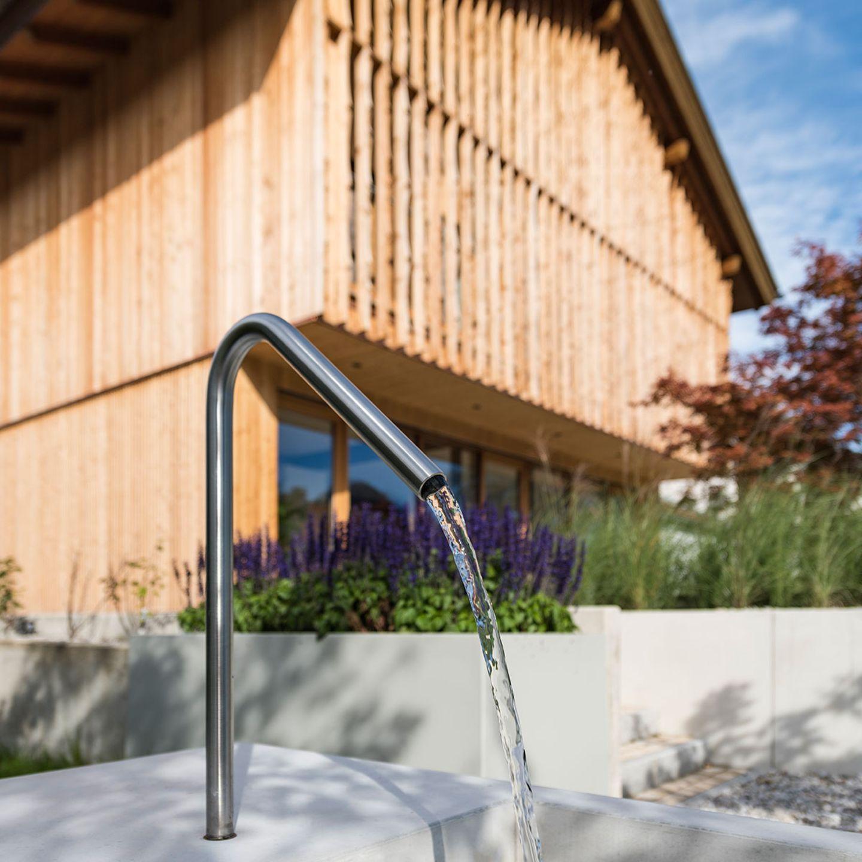 Haus Schliersee: Wasser im Garten