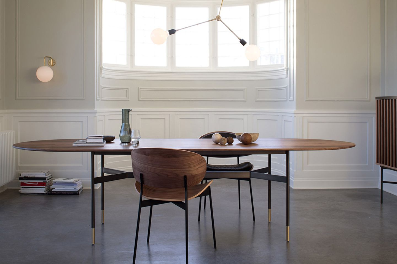 Ovaler Massivholztisch in einem eleganten, reduziert eingerichteten Ambiente
