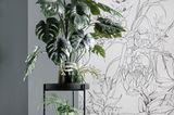 """Beistelltisch """"Twist"""" von der SCHÖNER WOHNEN-Kollektion mit einer großen Zimmerpflanze vor einer tapezierten Wand"""