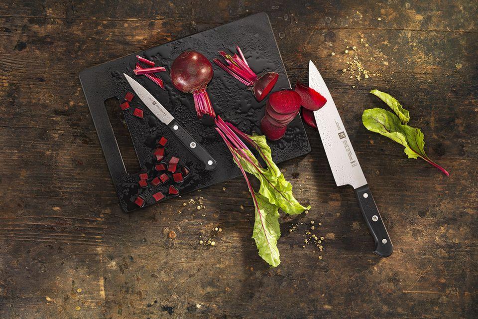 2-teiliges Messerset von Zwilling auf einem urigen Holztisch neben zwei frischen Rote-Bete-Knollen