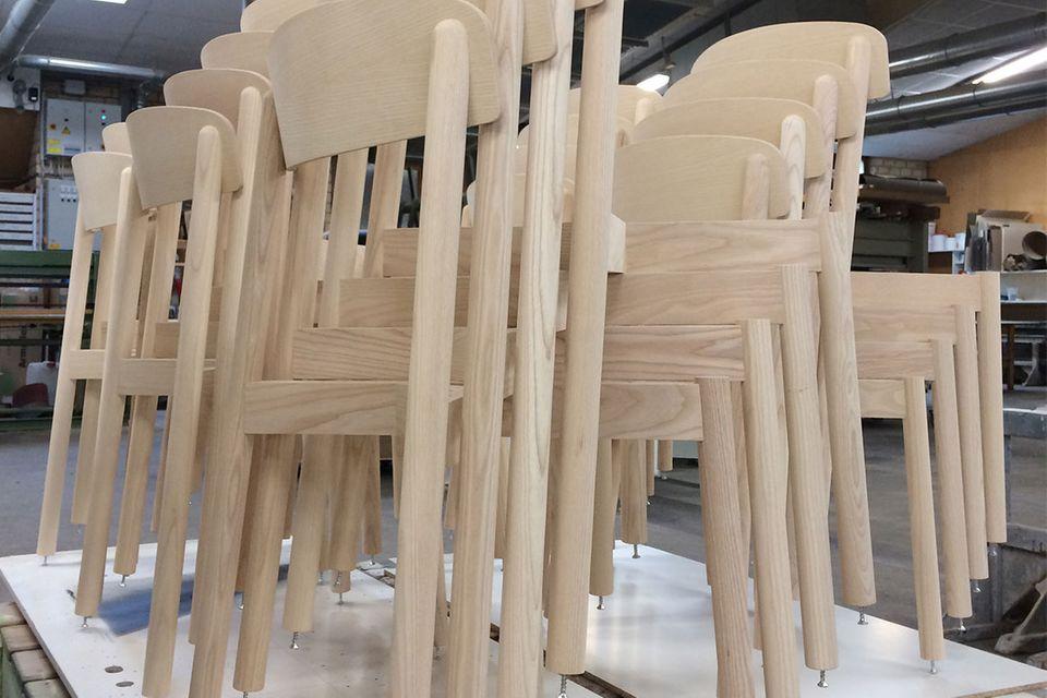 """Wertarbeit: Beim Möbelproduzenten Stattmann im Münsterland entstehen Stühle, Tische und Regale aus heimischem Holz. Preissteigerungen und Materialmangel betreffen auch Bestseller wie den """"Profile Chair""""."""