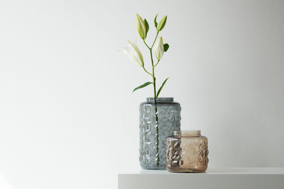 Blauviolette und rosa Vase vor weißem Hintergrund