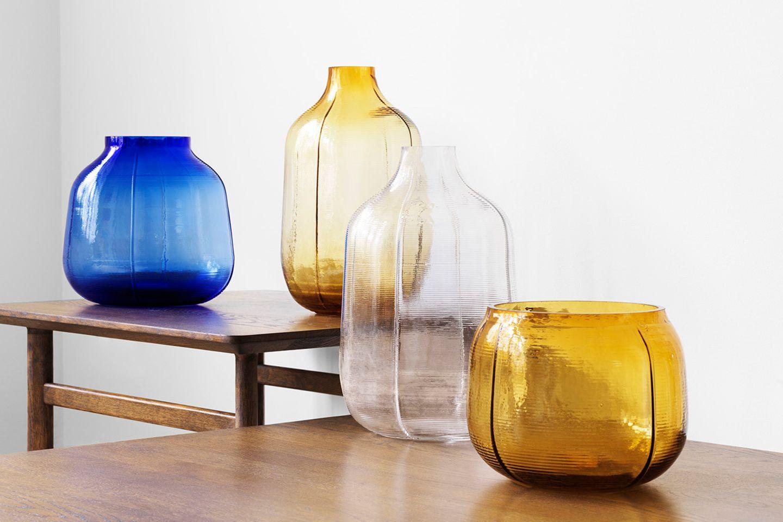 Bunte Glasvasen vor weißem Hintergrund