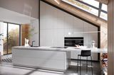 Weiße Küchenzeile unter Dachschräge