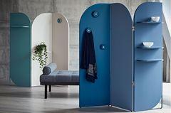 Blauer Paravent von Schönbuch mit Regalböden und Aufhängknäufen